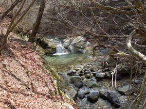 緑色凝灰岩の川を見ながら