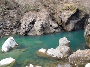 つり橋下の青い水