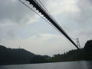 下から見上げるもみじ谷大つり橋