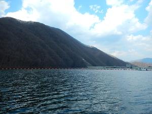 ダム湖から見るダム