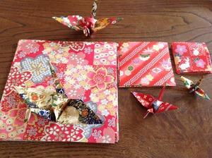 色々な大きさの千代紙と鶴