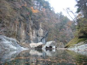 水位が下がって大岩が姿を現してました