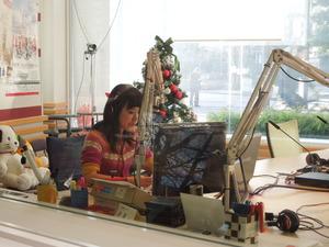 生放送中のスタジオ