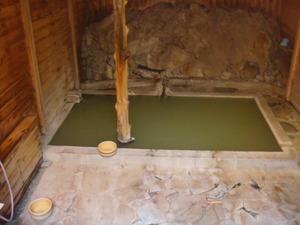 元湯の緑がかった温泉