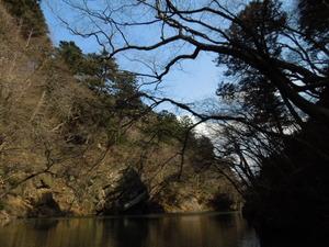 ダム湖を上流へ