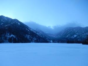 凍結した湯の湖