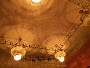 天井照明の陰影が印象的