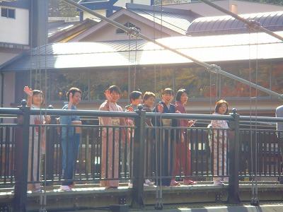 撮影が終わって、紅のつり橋から見返り美人