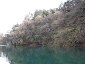 エメラルド色の水