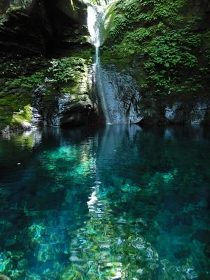 水が落ちているおしらじの滝