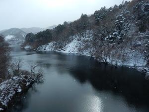 雪の日の回顧の吊橋