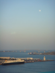 東京ゲートブリッジにかかる月
