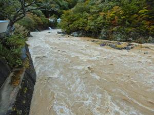 台風21号通過後の箒川