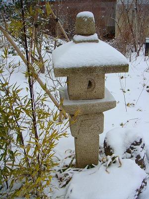 灯籠も雪をかぶって雪灯籠