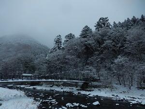 雪の日の紅の吊橋