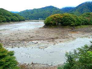 水を抜いている五十里ダム湖
