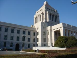 青空に白亜の国会議事堂
