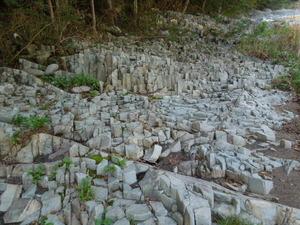 柱状摂理の岩肌