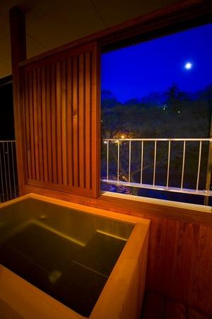 客室露天風呂からお月見