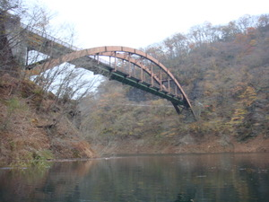 ダム湖の奥の橋