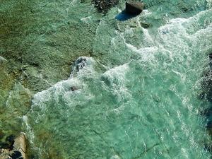 緑色凝灰岩の川底