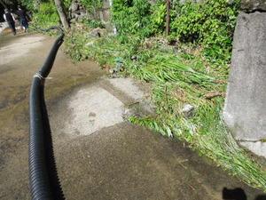 川の水をかぶった遊歩道