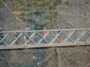 七ツ岩つり橋をわたる二人