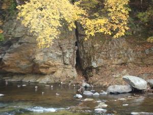 塩釜の岩盤の地質