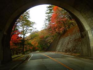 小さなトンネルを抜けて