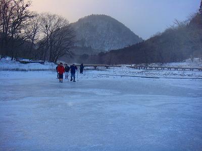 凍りついた大沼の上をスノーシューで歩く