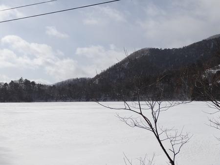 凍り付いた湯の湖