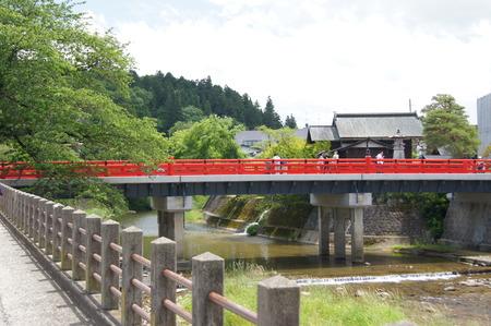 「赤い橋」と呼ばれている中ノ橋です。街と陣屋を結んでいます。