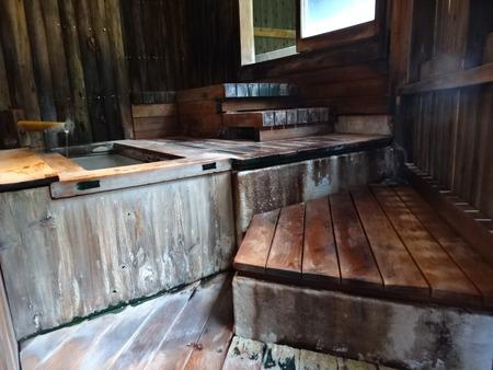 内湯から露天風呂への階段
