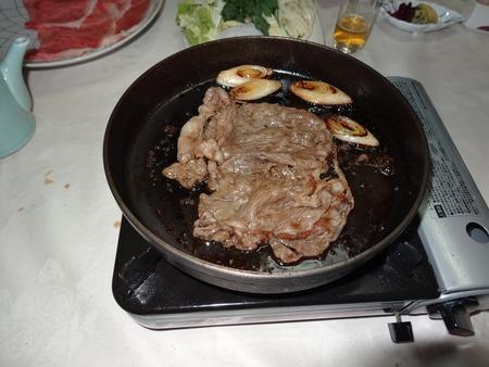 すき焼きのはじめは肉!