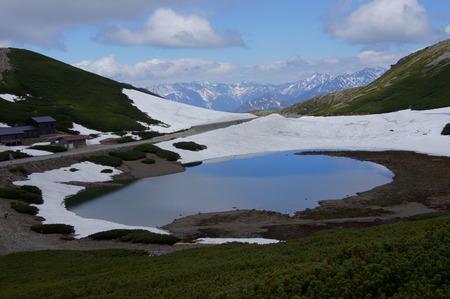 遠くに残雪の穂高連峰が。。