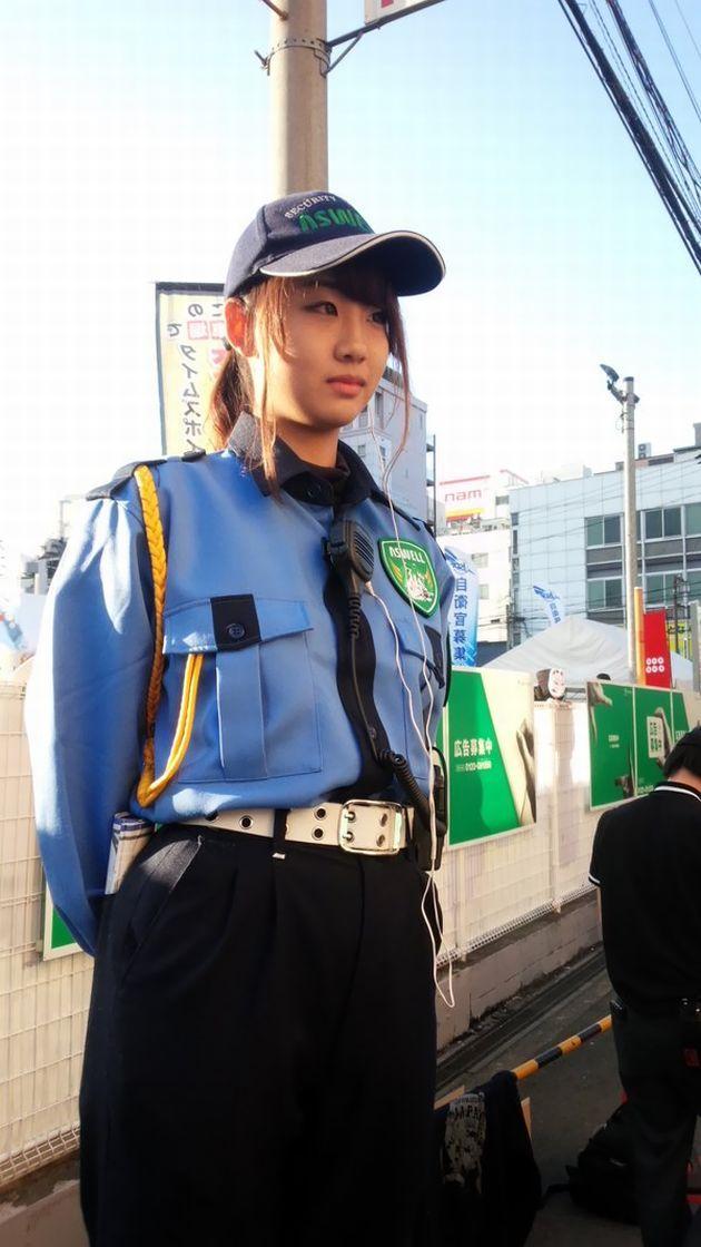 【コスプレ】日本橋ストリートフェスタ2016で美人警備員さんがカメコに囲まれる珍事件が発生・・・!?海外でも話題に・・・!!!!(画像・補足あり)