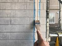 5-1外壁板間シール工事の仕上げ均し作業