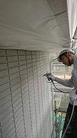 5-31壁面(ニッペパーフェクトトップ)上塗り吹き付け塗装1回目5