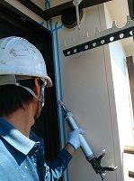 9-2サッシ廻りシール工事2_シール材充填作業