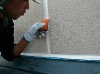 9-23外壁目地シール工事の仕上げ均し作業
