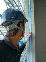 6-14外壁シール工事の仕上げ均し作業