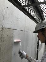 8-5外壁中塗りダイナミックフィラー塗布 (2)