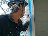6-14外壁シール工事のエポキシ系プライマー下塗り塗布作業