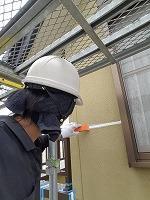 7-2外壁シール工事の仕上げ均し作業