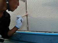 9-23外壁目地シール工事のエポキシ系プライマー下塗り塗布作業