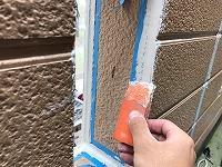 5-28外壁シール工事の仕上げ均し作業