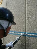 5-22板間目地のシール工事の充填作業