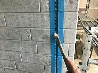 5-1外壁板間シール工事のエポキシ系プライマー下塗り