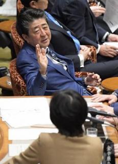 「幅広く募ったが、募集はしていない」 桜を見る会 安倍首相、苦しい答弁続く