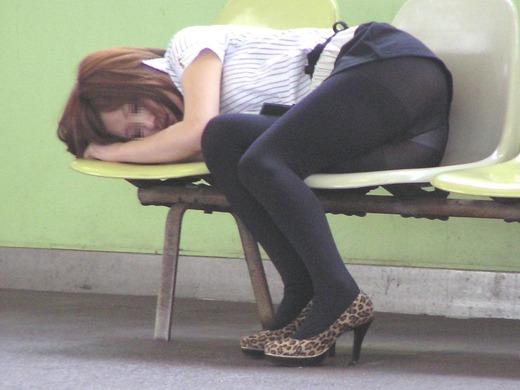 【有名人,素人画像】画像☆ベンチでパ○チラしながら寝てる女wwwwwwwwwwwwwwwwwwwwwwwwwwwwww